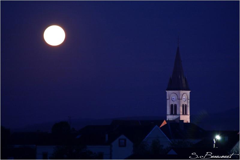 Pleine Lune au-dessus village de Bouzy (Marne).