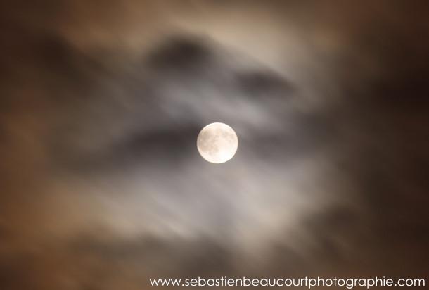 Pleine lune dans les nuages. Photo de Sébastien Beaucourt