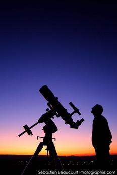 Astronome observant le ciel