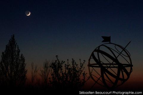 Lune et sphère armillaire
