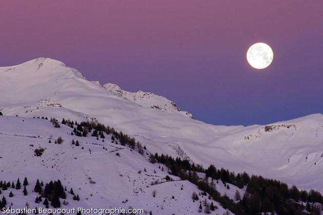 Pleine lune au-dessus des Alpes