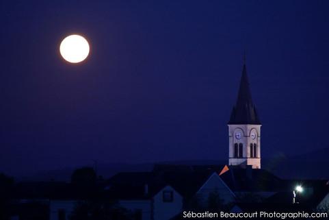 Pleine lune sur le village de Bouzy
