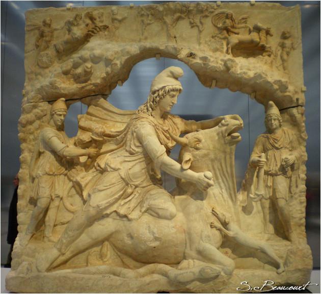 Sculpture representant Mithra, dieu perse de la Lumière (Louvre-Lens)