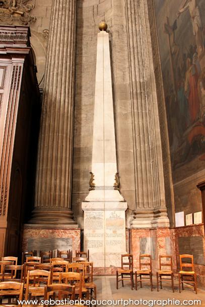 Obélisque de la méridienne de l'église Saint Sulpice à Paris.