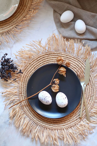 Fluffy sisal placemat with eggs