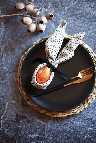 Spikkle napkin with coloured egg