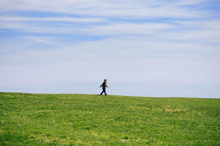 Kleiner Junge zu Fuß