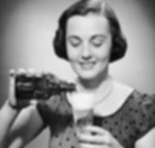 mulher-botando-cerveja-no-copo.jpg