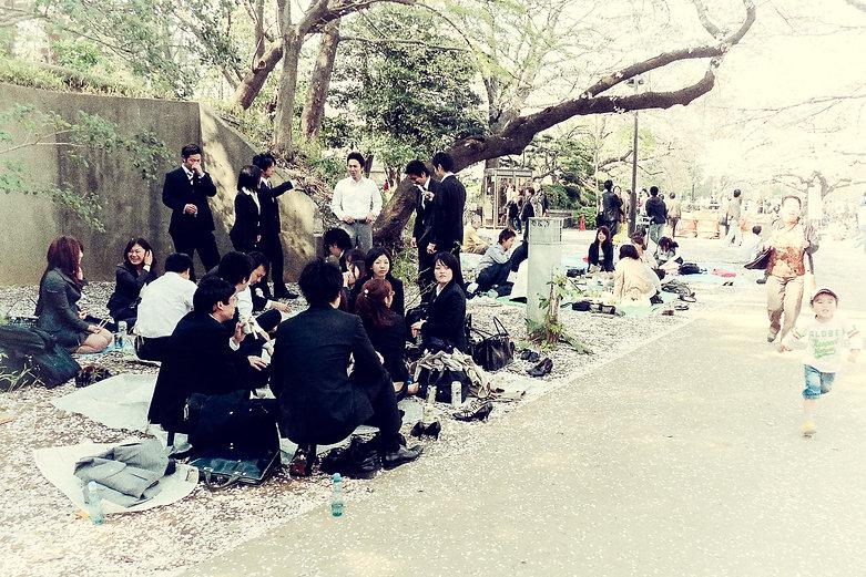 Groupe de personnes sous un arbre.jpg