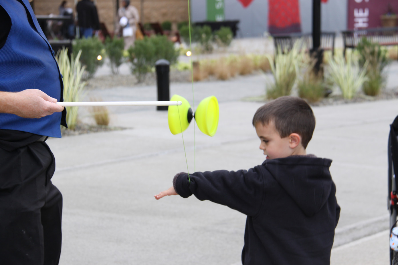 Chinese-Yoyo-Juggling-With-Little-Boy.JPG
