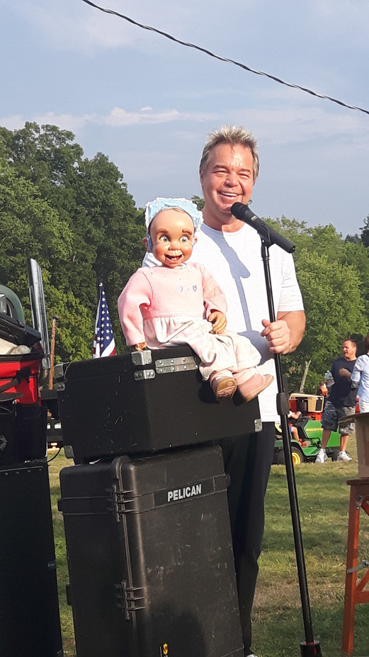 Outdoor-Comedian-With-Girl-Puppet.jpg