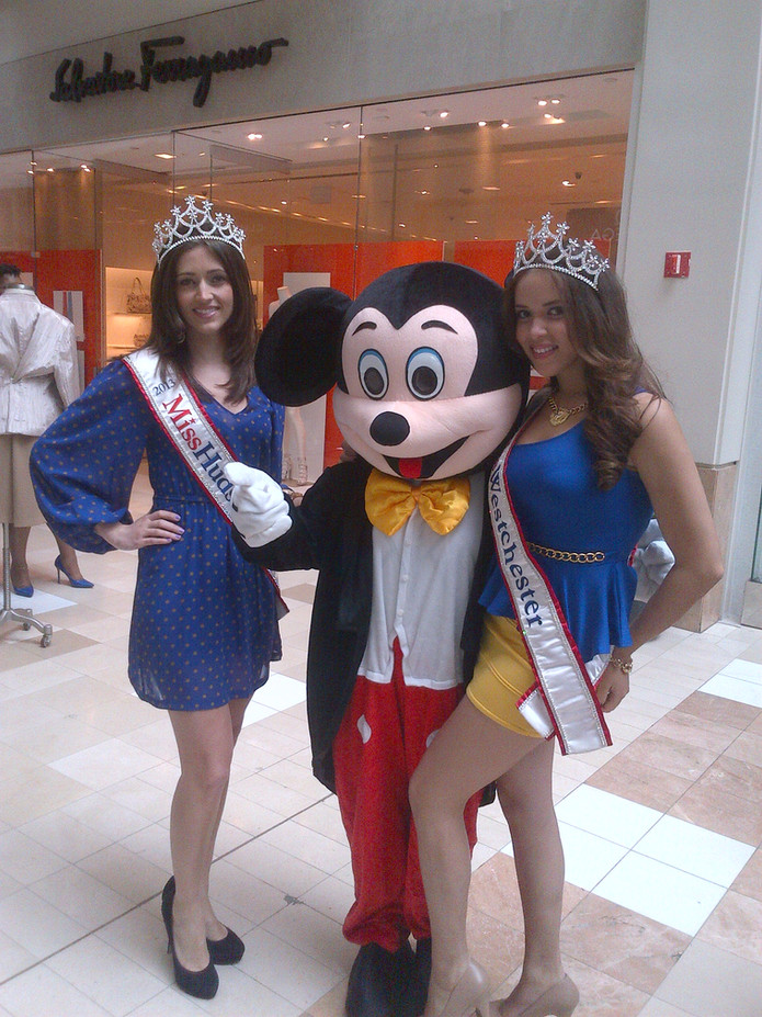 Mickey-Mouse-With-Beauty-Queens.jpg