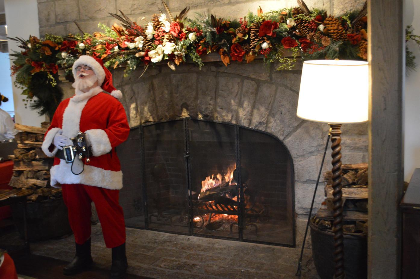 Santa-Claus-At-Party.JPG