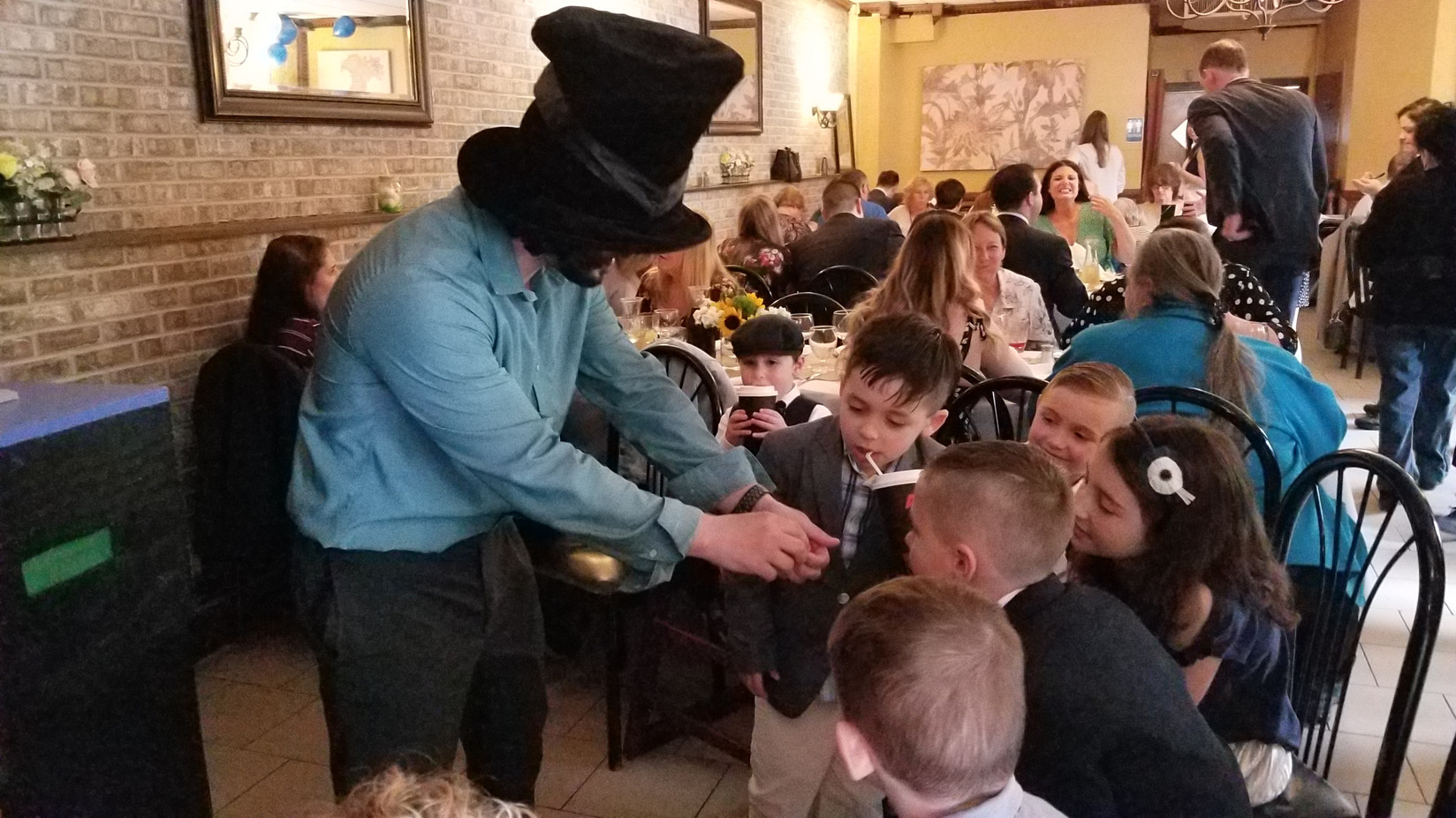 Magician-With-Children-At-Party.jpg