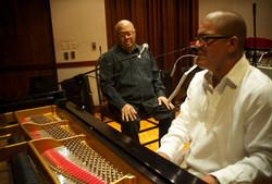 Miguelito-Nuñez-y-Pablo-Milanés-en-el-estudio
