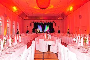 Durch dezente und elegante Hintergrundbeleuchtung werden Räume mit Licht perfekt illuminiert und in Szene gesetzt
