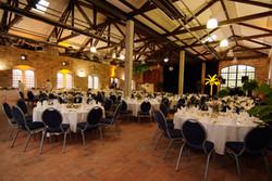 Hochzeitsfeier in einer alten Fabrik