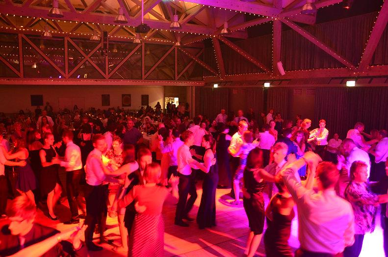 Dominik Höhl ist dein DJ für deine Hochzeit und deinen Geburststag. Mit dem passendem Mix bringt er Euch zum Tanzen und Feiern.