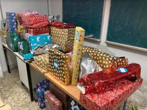 Los pajes del Colegio Maravillas, preparan los regalos de Reyes para los niños de Alucinos