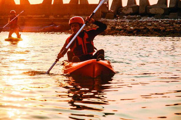 夕陽下獨木舟