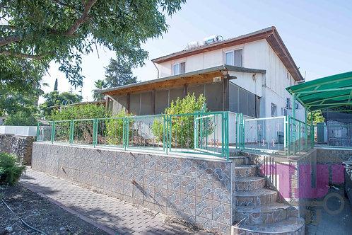 למכירה בשכונת אפק בקצרין דו משפחתי מחולק ל 2 בתים נפרדים לחלוטין