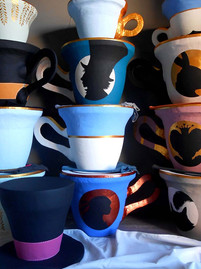 Tabourets tasses et chapeaux