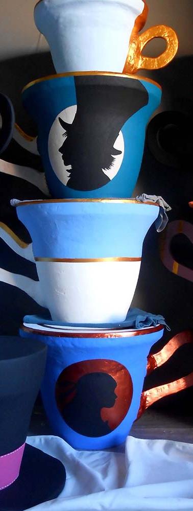 Tabourets tasses et chapeaux.JPG