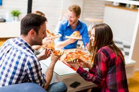 friends-eating-pizza_52137-8843.jpg