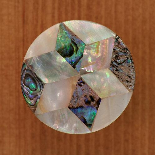 Drevená úchytka zdobená perleťou