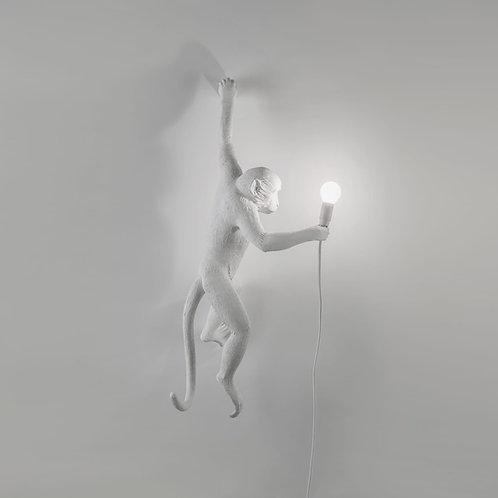 Opica - visiaca zo steny - biela