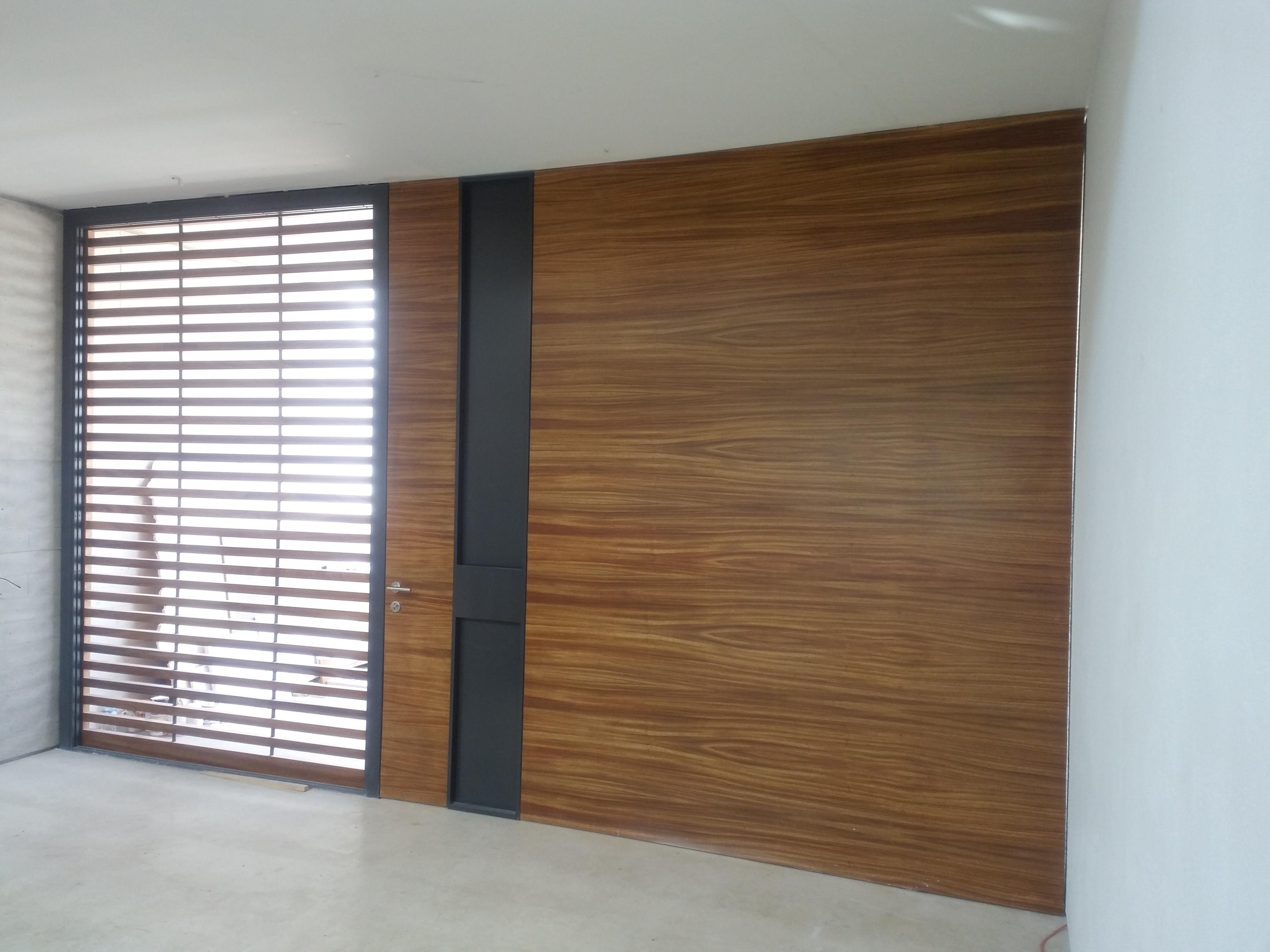 puerta principal de parota