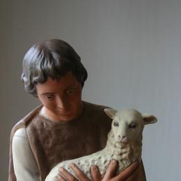 herder met 2 schapen
