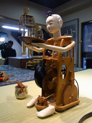 "Discovering the craft of ""karakuri"" dolls"