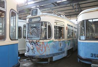 Triebwagen 2462 nach Sprayer-Angriff in der Gleisbauhalle gesichert münchen tram