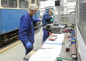 Die Umlaufleisten eines Wagens werden entrostet, grundiert & lackiert tram münchen