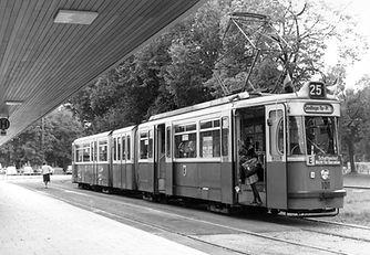 Unvergessen: der hier in Grünwald stehende baugleiche 101er, der 1976 verschrottet wurde. münchen P1 tram gelenkwagen tram trambahn 101