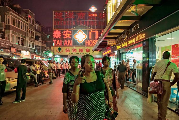 在登峰宾馆外,登峰村,2012年5月7日 | 来自系列作品《小北路》| 丹尼尔·特劳布 | 2012
