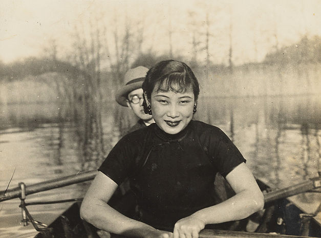 Hu Die canoeing on a lake in the suburbs of Berlin, accompanied by the son of the Minister from the Chinese Consulate in Berlin, Liu Chongjie. 1935.