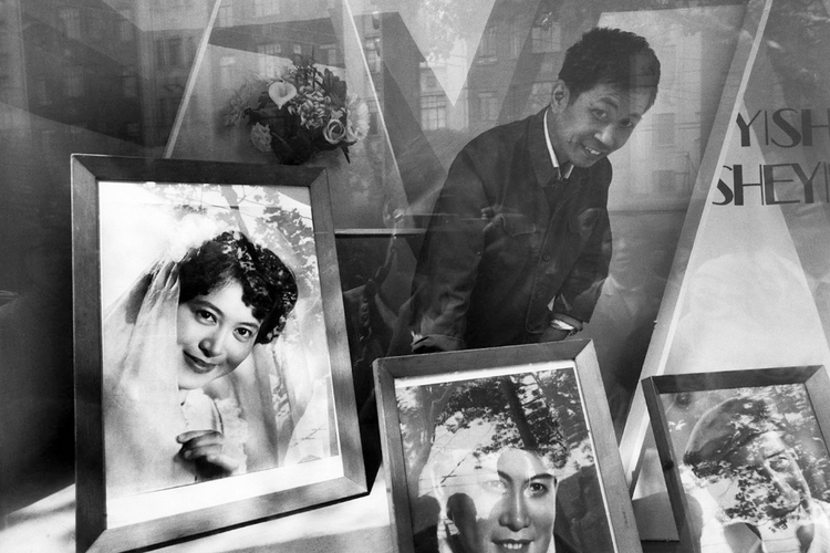 上海,南京路上的照相馆 | 刘香成 | 1977