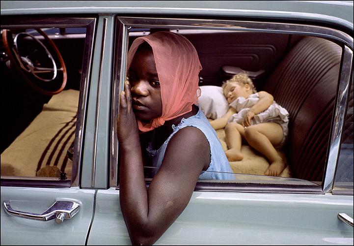 非洲,南非。一个年轻的黑人女孩,比孩子大不了多少,为白人家庭照顾婴儿 | 伊恩·贝瑞 | 1960