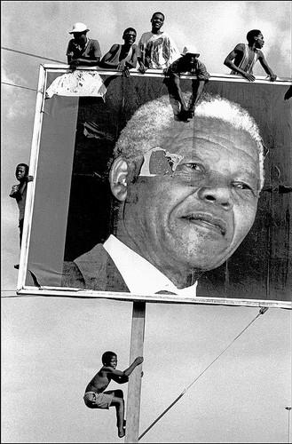 南非,夸祖鲁-纳塔尔,拉蒙特镇。非国大(南非非洲人国民大会,现南非执政党)支持者们在大选前等待曼德拉的到来 | 伊恩·贝瑞 | 1994