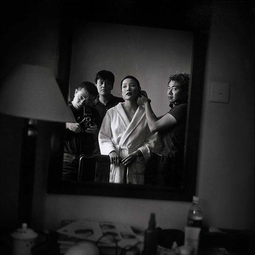 李威廉为陈冲上妆,孙周和张海儿在观看,上海龙华宾馆 | 张海儿 | 1999