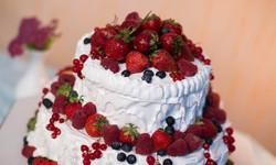 торт свадебный с меренгой и ягодой.jpg