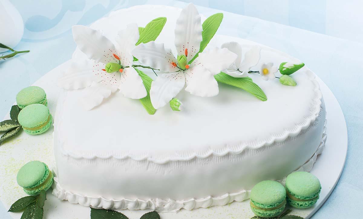 торт сердце с лилиями.jpg