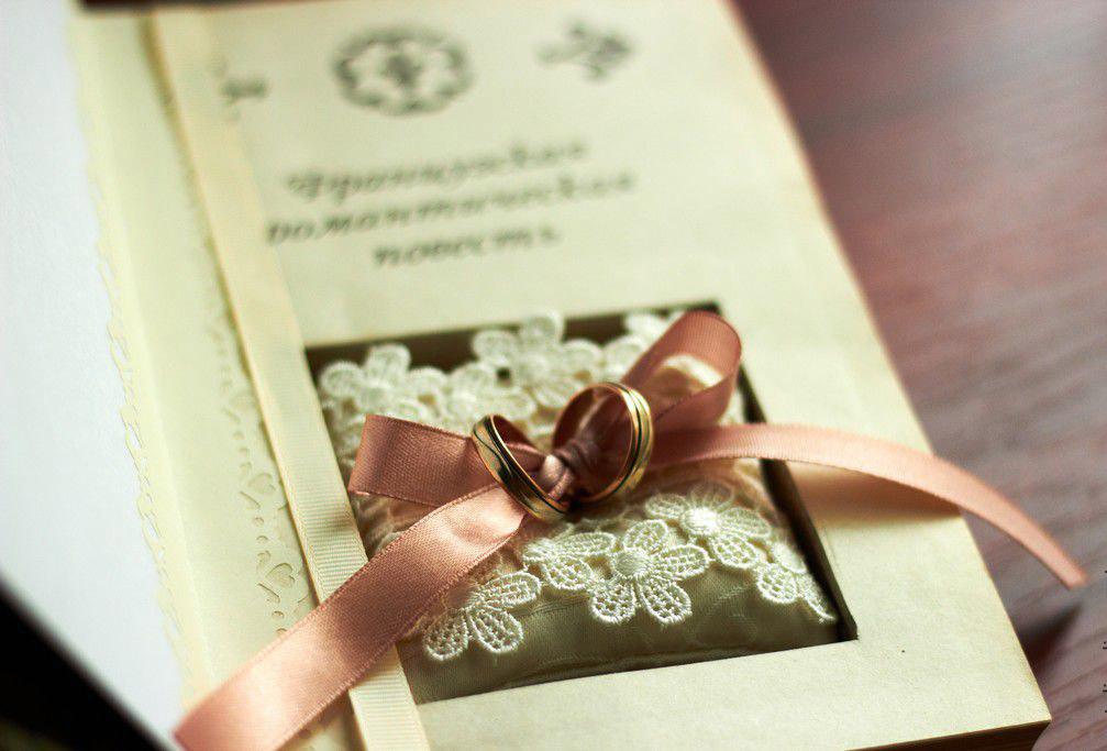 Подушечка для колец в книге-тайнике Письма из Парижа