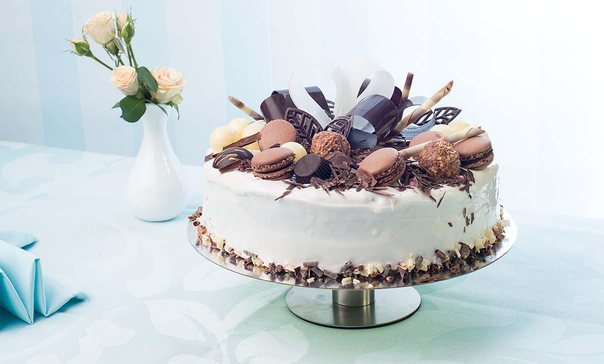 торт глоссаж с шоколадными украшениями.jpg