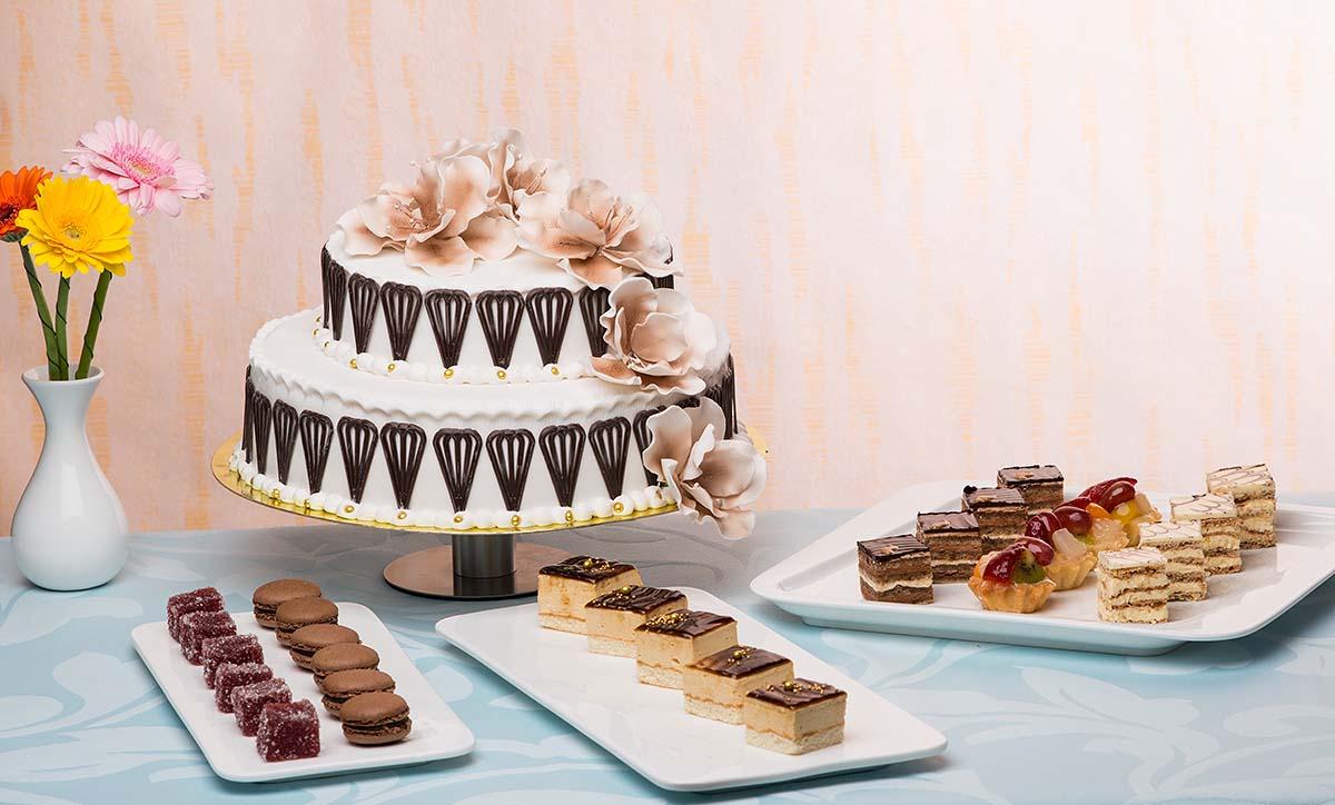 торт с цветами шоколадными.jpg