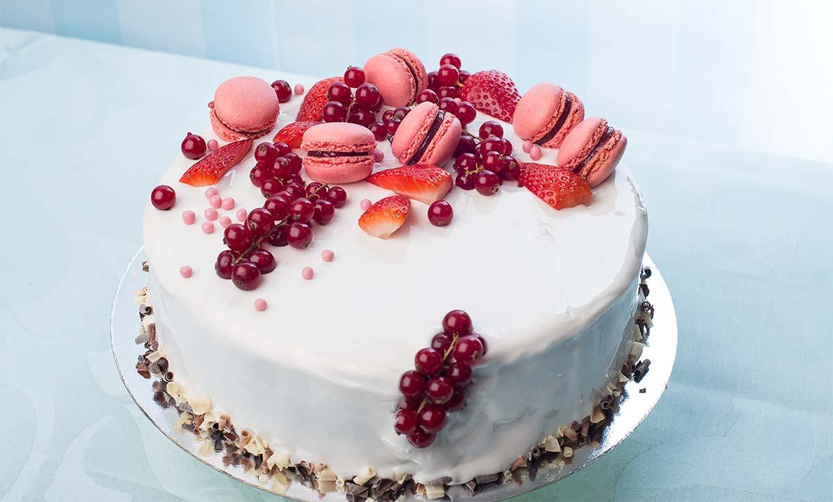торт глоссаж с ягодой  и макаронсами.jpg