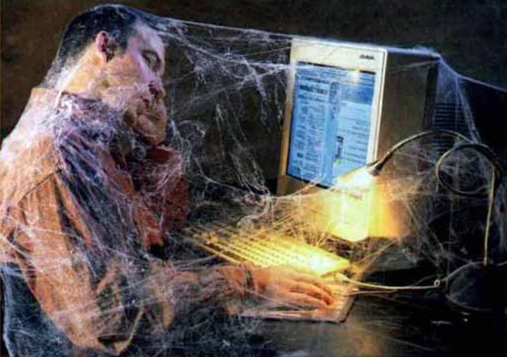 Почему социальные сети – зло?!   Несомненно вред от интернет сервисовсоциальных сетей есть. К этому выводу уже пришли все, кто только можно: психологи, ученые исследователи, аналитики, маркетологи и т.д.   1. Потеря времени.  Некоторые одаренные индивидуумы умудряются тратить все свободное время на социальные сети. Время, которое можно было направить в более продуктивное русло, чем просиживание штанов за просмотром чужих фотографий, комментированием тупого видео и фанатичным обновлением страницы, в надежде на то, что кто нибудь написал вам сообщение или откомментировал вашу фотографию.Время проведенное в социальных сетях будет безвозвратно и бесполезно утрачено.  2. Потеря денег.  некоторые умудряются тратить деньги на всякую чушь, типо подарков, голосов и прочего бреда в социальных сетях.  Вот, например, один сказочный дебил можно сказать кинул на деньги собственную мать, ради голосов Facebook.  Впрочем, деньги теряются не только из-за паталогической тупости.  Проводя много времени в социальных сетях, мы теряем и потенциальный доход.  3. Отупение.   Почитайте комменты к каким нибудь роликам.   А лучше переписку ваших друзей:  -Привет, как дела?  +Нормально, как сам?  -Да тоже нормально.  Когда пишут – «Привет, как дела?», мне хочется послать этого человека. Выучить новую фразу видимо времени нет.