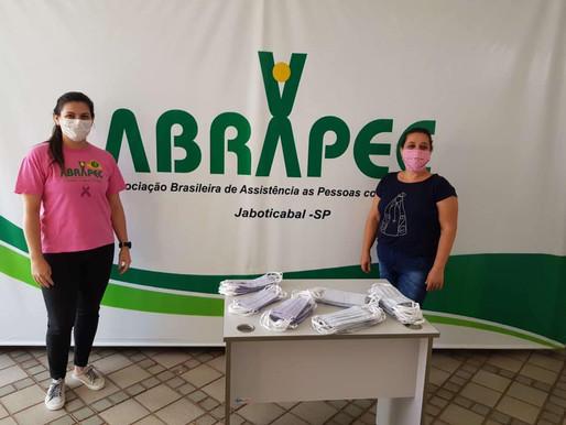 Jaboticabal – Cuidadores de pacientes atendidos pela ABRAPEC recebem máscaras além dos benefícios.